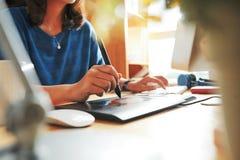 Designer mit digitalem Stift lizenzfreie stockfotografie