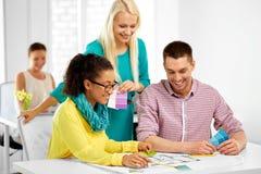 Designer mit Plan- und Farbproben stockbilder