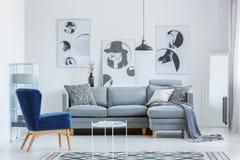 Designer ` S Wohnzimmer Mit Poster Stockfoto