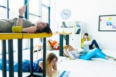 Designer und Architekten, die im Büro arbeiten stockfotos