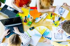 Designer und Architekten, die im Büro arbeiten lizenzfreie stockfotografie