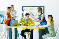 Designer und Architekten, die im Büro arbeiten lizenzfreie stockfotos