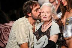 Designer Vivienne Westwood u. Andreas Kronthaler die Rollbahn während der Vivienne Westwood-Show stockfotos
