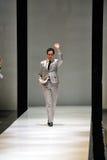 Designer Zac Posen, das Blumenstrauß von Blumen nach seinem Show bei Audi Fashion Festival 2012 empfängt Stockfoto