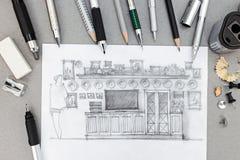 Designerarbeitsplatz mit Handzeichen der Schrankwand und der verschiedenen Ziehwerkzeuge Lizenzfreies Stockbild