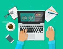 Designerarbeitsplatzvektor, Person, die auf der Tabelle arbeitet über Laptop sitzt Lizenzfreies Stockfoto