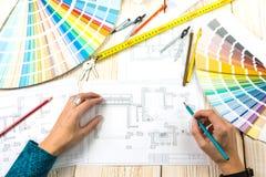 Designerarchitekten-Dekorateur Arbeitsplatz stockfotos