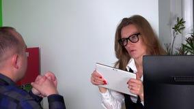 Designerarchitektenfrau notieren Kundenwünsche auf Tablet-Computer stock video footage
