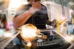 Designerhand, die kreative Geschäftsstrategie mit Glühlampe zeigt Lizenzfreie Stockbilder
