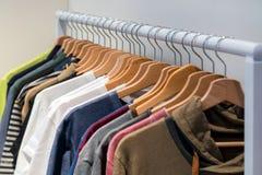 Designerhemden auf Anzeige in einem Einzelhandelsgeschäft Unterschiedliche Farbe a stockfotografie