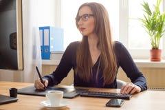 Designerzeichnung der jungen Frau auf grafischer Tablette Lizenzfreie Stockfotografie