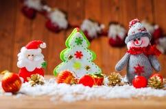 Designjulkort: snögubbe, Santa Claus och julgran Royaltyfria Bilder