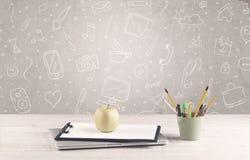 Designkontorsskrivbord med teckningsbakgrund Royaltyfri Fotografi