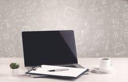 Designkontorsskrivbord med teckningsbakgrund Arkivfoton
