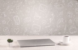 Designkontorsskrivbord med teckningsbakgrund Arkivfoto