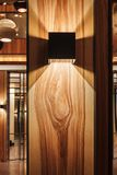 Designlampa på en trävägg Arkivbild