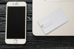 Designmall för företags identitet åtlöje upp av kortet för usb-exponeringsaffär, penna, telefon, handväska, bärbar dator, klocka royaltyfria bilder