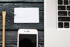Designmall för företags identitet åtlöje upp av kortet för usb-exponeringsaffär, penna, telefon, handväska, bärbar dator, klocka arkivfoton