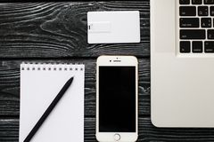 Designmall för företags identitet åtlöje upp av kortet för usb-exponeringsaffär, penna, telefon, handväska, bärbar dator, klocka royaltyfri foto