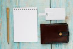 Designmall för företags identitet åtlöje upp av kortet för usb-exponeringsaffär, penna, telefon, handväska, bärbar dator, klocka royaltyfri bild