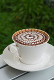 Designmusterkaffee in einer weißen Schale stockbilder