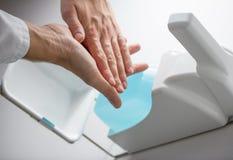 Desinfecteer handen stock foto's
