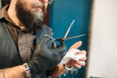 Desinfection dos instrumentos do corte de cabelo após o trabalho Fotografia de Stock Royalty Free