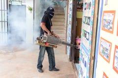 Desinficera mygga-dödandet för att förhindra sjukdomen Arkivfoto