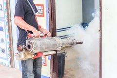 Desinficera mygga-dödandet för att förhindra sjukdomen Fotografering för Bildbyråer