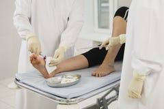Desinficering av det medicinska ärret efter kirurgi, förlorar upp av medicinsk operation Fotografering för Bildbyråer