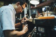 Desining Schmuck des Juweliers Stockfoto