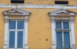 Desintegrando-se, pintura rachada na construção histórica velha imagens de stock