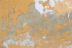 Desintegrando-se, pintura rachada no fim velho da parede da casa acima do tiro imagem de stock
