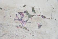 Desintegrando-se, pintura rachada no fim velho da parede da casa acima do tiro, fotografia de stock royalty free