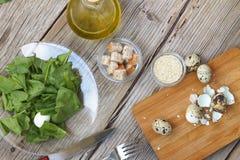 Desintoxicação, alimento saudável, espinafre, alface, dieta, ovos de codorniz, azeite Imagens de Stock Royalty Free