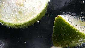 Desintoxicação ou conceito da sede Nutrição saudável, dietética Limonada fria, bebida do cal Fundo preto filme