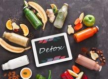 A desintoxicação saudável bebe com ingredientes e tabuleta no fundo preto Imagens de Stock