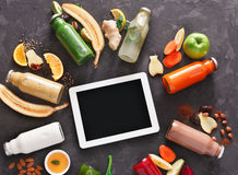 A desintoxicação saudável bebe com ingredientes e tabuleta no fundo preto Foto de Stock Royalty Free
