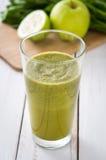 Desintoxicação verde saudável com espinafres, pepino, cal e maçãs na tabela de madeira branca Imagens de Stock