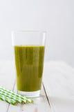 Desintoxicação verde saudável com espinafres, pepino, cal e maçãs na tabela de madeira branca Fotografia de Stock
