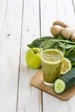Desintoxicação verde saudável com espinafres, pepino, cal e maçãs na tabela de madeira branca Imagens de Stock Royalty Free