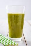 Desintoxicação verde saudável com espinafres, pepino, cal e maçãs na tabela de madeira branca Foto de Stock