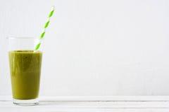 Desintoxicação verde saudável com espinafres, pepino, cal e maçãs na tabela de madeira branca Imagem de Stock