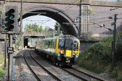 Desiro elektrische trein in de livrei van het Binnenland van Londen stock foto