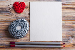 Desk with set of red pencils, white blank note Royalty Free Stock Photos