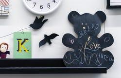 """Deska dla kredy w postaci niedźwiedzia Inskrypcje na desce są """"Love†, """"Hello† w Angielskiego i """"Smile† wewnątrz fotografia stock"""