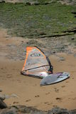 Deska dla windsurfing na plaży Obrazy Royalty Free