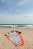 Deska i żagiel jesteśmy na piasku _ Zdjęcie Royalty Free