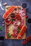 Deska mięso, ser i chleb z winem leczący, obrazy royalty free