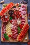 Deska mięso, ser i chleb z winem leczący, zdjęcia stock